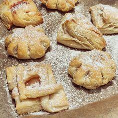 Kumpi maistuu paremmin - Toffifee- vai Omar-joulutortut? Osoitteessa www.piparkakkutalonakka.fi selviää vastaus. 😍 #toffifee #toffifeetorttu #toffifeetorte #toffifeetortut #joulutortut #omartortut #kotiliesi #kotiliesiblogit #joululeivonta Bread, Instagram, Food, Brot, Essen, Baking, Meals, Breads, Buns