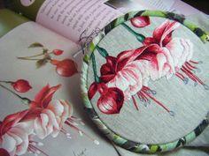 Vous trouverez les photos de mes ouvrages, ainsi que les dates d'atelier de broderie et de salons. Catherine Laurençon