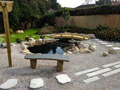 bassin de jardin avec un banc et pas japonais
