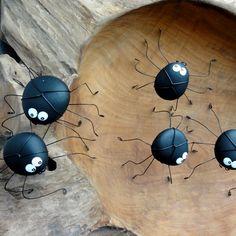 ,,PAVOUČEK+SEKÁČ,,+Pavouček+je,,MALOVANÝ+OBLÁZEK,,S+NOŽIČKAMI+Z+OBYČEJNÉHO+DRÁTU,ve+velikostech+cca+3-4+cm+(+kamínek)+dle+kamínků.+Pavoučci+jsou+milí+společníci+hodí+sejako+vtipný+dáreček.+Pavouček+je+ošetřen+lakem.+Cena+za+kus.