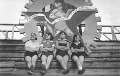 Советские физкультурницы после парада. Вторая половина 1930-х годов.-Soviet Sportwomеn after the parade. The second half of the 1930s.