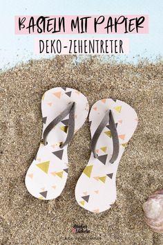 Schnell und einfach Deko-Zehentreter selber machen. Diese coole und einfache Bastelidee lässt sich mit der kostenlosen Vorlage ganz einfach umsetzen. Die kleinen Sandalen kannst du wunderbar als Deko für Geschenke und Geldgeschenk zum Geburtstag oder zur Hochzeit verwenden. #sandalen #zehentreter #bastelvorlage Mein Portfolio, Flip Flops, Men, Summer Diy, Templates Free, Great Gifts, Sandals, Slipper, Slippers