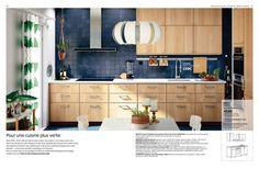 Cuisine METOD habillée des portes et faces de tiroirs EKESTAD en panneau de particules plaqué chêne, chêne massif verni. Installation cuisine type à 459 euros. Ikea. A retrouver page 22 du catalogue Cuisine Ikea 2017.