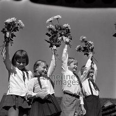 Junge Pioniere, 1973 Uwe Gerig/Timeline Images #1970er #Berlin #Ostberlin #DDR  #GDR #Ostdeutschland #EastGermany #FDJ #Blumen #Jugend #Kinder #JungePioniere