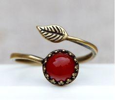 Offener Ring aus Bronze. In den Ring habe ich einen orange - roten Achat eingefasst. Der Ring ist in der Größe verstellbar, und ist somit auch ganz wunderbar als Geschenk geeignet.   Natürlich, schön...