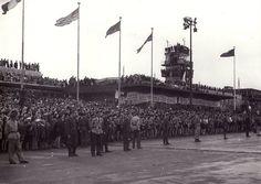 18. srpna 1945, Praha – ruzyňské letiště: Kamarádi letci, vítáme vás domů.Většině těchto československých válečných hrdinů se komunisté o pár let později krutě odměnili tvrdými výslechy, vězením a ponížením.