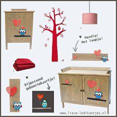 Een rode babykamer! Vrolijk en gezellig!  Ledikantje, commode, wandplankjes: www.lieve-ledikantjes.nl , Deken: Jollein, Muursticker: Ferm Living, Hanglamp: Coming Kids, Geboortekaartje: Boefjespost