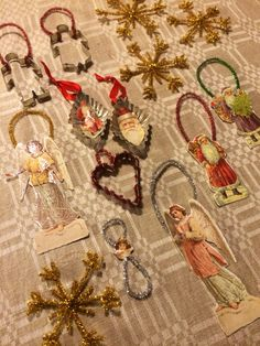 Julgranspyssel gjort efter antika förlagor med bokmärken, piprensare och kakformar :)