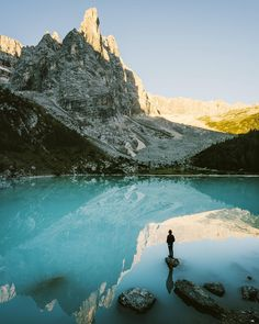 Stille Wasser: Der Lago di Sorapis #Dolomiten. : @rawmeyn 20 Wasserwanderungen im @bergwelten Magazin August / September 2017! #bergpic #bergsee #wasserwandern : @rawmeyn 20 Wasserwanderungen im @bergwelten Magazin August / September 2017! #bergpic #bergsee #wasserwandern