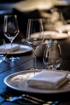 Restaurant Fauna— Christian's & Hennie www. Table Setting Inspiration, French Bistro, Spanish House, Elegant Dining, Romantic Dinners, Coffee Break, Dinner Table, Fine Dining, White Wine