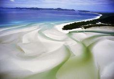 ウイットサンデー島の砂州 Photograph by Paul Chesley 珊瑚海に流れ込むようにうねる砂州。オーストラリア、クイーンズランド州のウイットサンデー諸島国立公園で撮影。 オーストラリアの解説ページへ