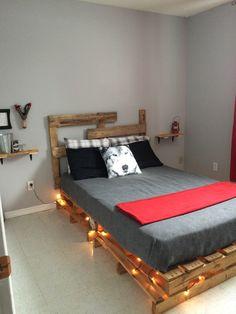 """Welcome to my room in Canada ! Headbord, bed base and decor in palet Bienvenue dans ma chambre """"Ma cabane au Canada"""" Tête de lit, base et tablettes fait avec du bois de palette"""