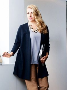 Women plus size blazer. The natural fibers and relaxed style makes this so easy to wear, beautiful! Sewing Blogs, Sewing Lessons, Sewing Ideas, Sewing Crafts, Sewing Projects, Plus Size Sewing Patterns, Burda Patterns, Plus Size Blazer, Jackets