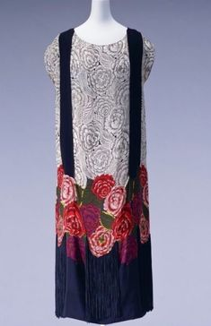 Silk Crepe Dress with Rayon Fringe, ca. 1922 Textile designed by painter Raoul Dufy for textile manufacturer Bianchini-Ferrier Dress designed and created by Zimmermann 20s Fashion, Fashion Beauty, Vintage Fashion, Crepe Dress, Silk Crepe, 1920s Outfits, Vintage Outfits, 20s Dresses, Flapper Dresses
