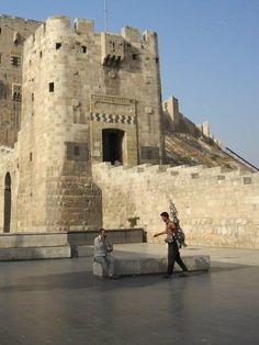 Ma Syrie, c'était une pause café devant la citadelle d'Alep.via Paola @cafethawra