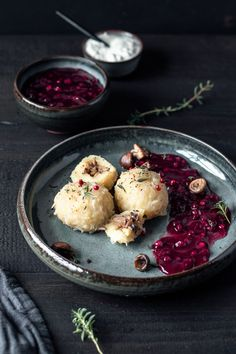 gluten-free and vegan potato dumplings with hearty filling! Swedish potato dumplings without eggs and wheat flour! gluten-free and vegan filled potato dumplings from free-nipples Delicious Vegan Recipes, Great Recipes, Vegetarian Recipes, Warm Food, Vegan Dishes, Food Inspiration, Food Photography, Food Porn, Food And Drink