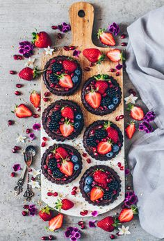 Vegan Chocolate Tarts with Avocado Chocolate Pudding – Bianca Zapatka Tarte Vegan, Vegan Sweets, Healthy Desserts, Raw Vegan Desserts, Vegan Cake, Mini Desserts, Recipes With Avocado Vegan, Delicious Vegan Recipes, Delicious Desserts