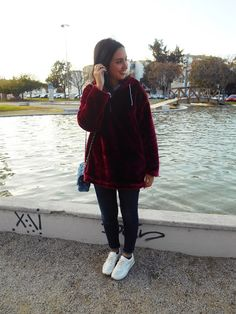 @cris_casual Blogger, Fashion, girl, look, look of the day, moda, outfit, streetstyle, Velvet, sweatshirt, burgundy, White sneakers