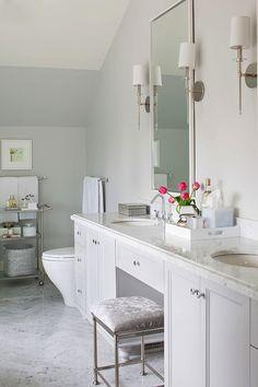 Double vanity (chrom, taboret, proste fronty i gałki, lustro w prostej oprawie, kinkiety- właściwie chyba wszystko; choć może nie ten blat)