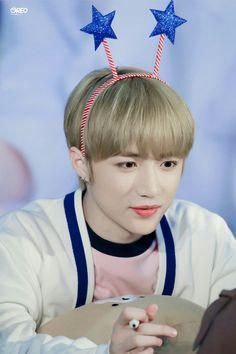 190420 Sinchon Fansign #TXT #범규 #BEOMGYU #TOMORROW_X_TOGETHER Daegu, Cat Dog, Yoongi, South Korean Boy Band, Peace And Love, Boy Bands, Boy Groups, Ems, Entertaining