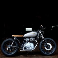 Light up the scene 💡 Yamaha Cafe Racer, Yamaha Bikes, Scrambler Motorcycle, Honda Motorcycles, Bobber, Cafe Racers, Best Motorbike, Style Retro, Valentino Rossi