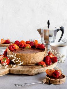 Changing the world is a piece of cake! volgens Willemijn van Wenum, eigenaresse van Willem-Pie. In haar bakkerij maakt ze een feestje van vegan eten. Vegan Diner, Sweet Recipes, Vegan Recipes, Vegan Tarts, Vegan Pastries, Vegan Sweets, Vegan Food, Vegan Cake, Piece Of Cakes