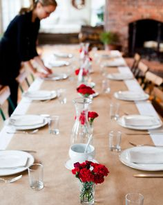 carnations and kraft paper table runners for an Italian dinner Butcher Paper, Dinner Table, A Table, Home Staging, Paper Tablecloth, White Tablecloth, Wedding Table Settings, Wedding Chairs, Deco Table