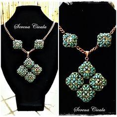 Collana interamente realizzata a mano con tecnica di tessitura di perline. La collana è impreziosita da cristalli Swarovski.