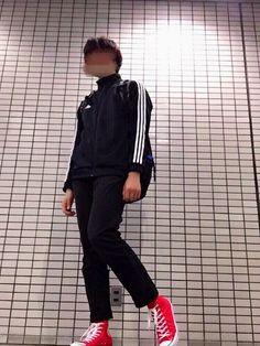 今回のコーデはCONVERSEのスニーカーを目立たせるために服の方を暗めにしました。これから寒くなっ