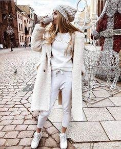 White Touches to Winter ideen sportlich elegant ideen sportlich schick ideen sportlich sommer ideen sportlich winter White Coat Outfit, Fur Coat Outfit, White Outfits, Coat Dress, Top Fashion, Winter Fashion Outfits, Fall Winter Outfits, Womens Fashion, Fashion Coat