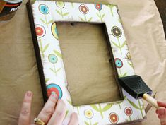 Decoupage Frame - Take inexpensive frames and scrap paper and you'll have new stylish picture frames for your home! These easy decoupage frames are a simple afternoon project that add a pop of color to a wall or coffee table. Crafty Craft, Crafty Projects, Diy Projects To Try, Cute Crafts, Creative Crafts, Crafts To Make, Craft Gifts, Diy Gifts, Cadre Photo Diy