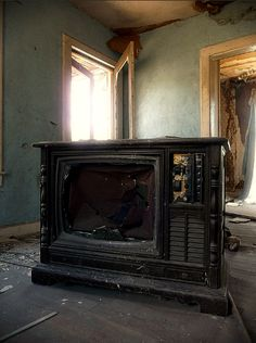I grew up withh this type of television. Such a vast change in the last thirty years in television sets:)