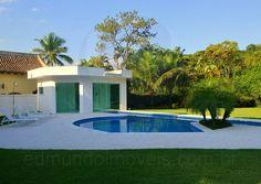A piscina com raia é um convite para se refrescar nos escaldantes dias de sol e para quem deseja praticar um pouco de natação. A sauna úmida se comunica com a piscina em um anexo na cabeceira da raia.