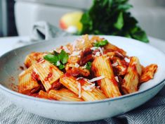 Rigatoni met spekjessaus – As Cooked By Ginger Penne Pasta, Easy Meals, Easy Recipes, Japchae, Spaghetti, Cooking, Ethnic Recipes, Food, Drinks