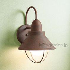 古き良き時代にタイムスリップしたような上品で落ち着いたデザイン。アメリカらしいシンプルかつ機能的なフォルムは色によって全く異なる印象を与えます。 Candle Lanterns, Candles, Porch Lighting, Lamp Light, Wall Lights, Interior, E26 Led, Design, Home Decor