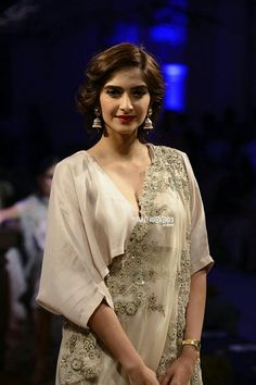 Sonam Kapoor snapped in Anamika Khanna at India Couture Week 2016 Sonam Kapoor Saree, Sabyasachi, Modern Saree, Anamika Khanna, Desi Wear, Stylish Sarees, Bollywood Fashion, Bollywood Saree, Indian Couture