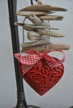 Guirlande bois flotté , coeur métal rouge et noeud vichy : Accessoires de maison par biloutine