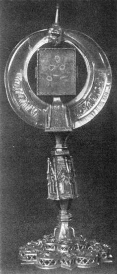 9. Nürnberg, G.N.M., Reliquienmonstranz aus der Hofburgkapelle in Wien. Der Ring (Stabaufsatz? Zaumschmuck?) fatimidisch, mit einem Segensspruch für den Kalifen Al-Zahir (1021 bis 1036); Durchmesser ca. 19 cm, untere Dicke 4,3 cm. Fassung E. 14. Jh. Gesamthöhe 41 cm. Phot. Mus.