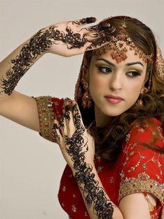 Nice Pakistani Bridal Dresses Most beautiful henna tattooed indian bride - Design of Tattoos Indian Bridal Makeup, Indian Bridal Wear, Pakistani Bridal, Bridal Henna, Wedding Henna, Wedding Makeup, Tattoo Wedding, Wedding Sari, Wedding Mehndi Designs