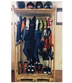 "Palets Rodriguez SL on Instagram: ""Buenos días🌞 Os enseñamos un proyecto precioso de perchero con palets que hemos realizado para @angelrodriguezcabello para colocar toda…"" Wardrobe Rack, Shoe Rack, Furniture, Instagram, Home Decor, Coat Racks, Bom Dia, Blue Prints, Decoration Home"
