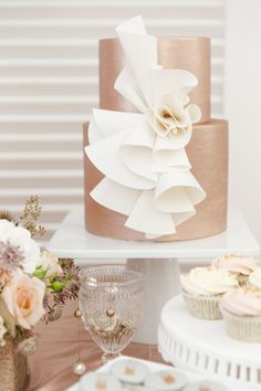 Rose gold wedding cake // Mixing Metals: A Styled Shoot #mixed #metallics