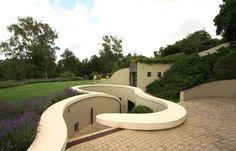 Une maison construite à 4 mètres de profondeur sous son jardin