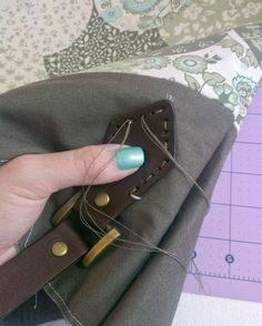 How to attach leather handles Leather Handle, Leather Purses, Leather Handbags, Leather Bag Pattern, Sewing Leather, Stitching Leather, Diy Handbag, Diy Purse, Handbag Making