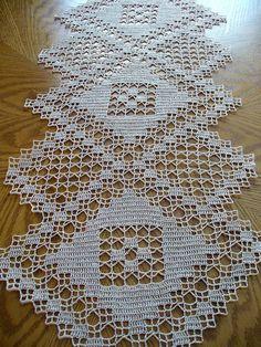 Ganchillo hecho a mano Natural corredor de la tabla: Tríada Knitting PatternsCrochet For BeginnersCrochet PatronesCrochet Amigurumi Filet Crochet, Beau Crochet, Crochet Home, Thread Crochet, Diy Crochet, Crochet Table Runner Pattern, Crochet Doily Patterns, Crochet Tablecloth, Crochet Motif
