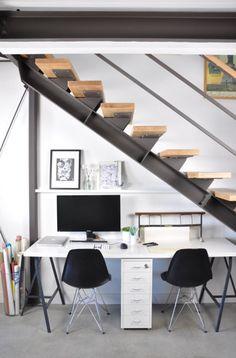 Hochbett und Treppe mit Schreibtisch darunter
