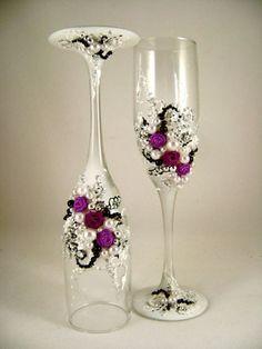 Taças decoradas com pérolas e pedrarias./Toasting flutes with pearls