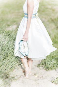 noni 2015 kurzes Brautkleid mit farbigem Gürtel und passend gefärbten Brautschuhen mit Schleife  (www.noni-mode.de - Foto: Le Hai Linh)