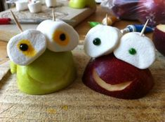 Kindergeburtstag auf dem Land... Unsere Zwillinge werden 5! - sweet (and healthy) recipe idea for kids birthday party - half an apple with marshmellows and food color for the eyes