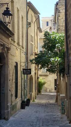 Forte tête sur talons hauts: Un petit tour à Uzès (Gard)