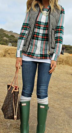 25 Casual Fall Outfits You'll Want To Copy This Year Green Hunter Boots Casual Fall Outfits, Fall Winter Outfits, Autumn Winter Fashion, Winter Vest, Winter Clothes, Winter Jackets, Holiday Clothes, Casual Jackets, Beach Outfits